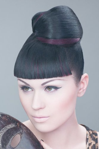 Moderne Geisha: Hochsteckfrisur mit akkuratem Pony