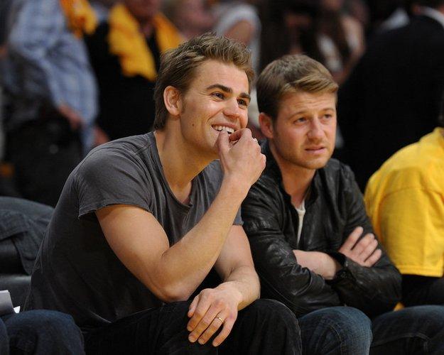 Paul Wesley und Ben McKenzie bei einem Basketball Spiel.