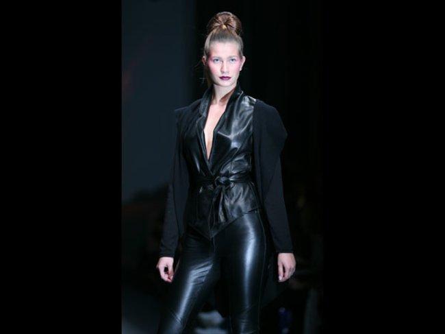 Model in Leder