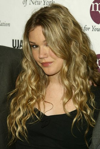 Joss Stone mit blonden Locken