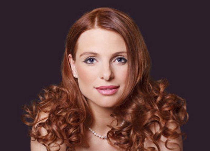 Lockige Spitzen im schulterlangen, roten Haar