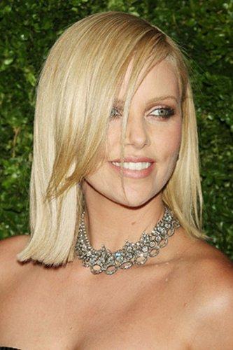 Charlize Theron mit schulterlangen Haaren im Sleek Look
