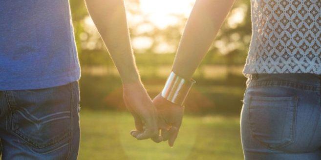 Kinderlos glücklich: Händchenhaltendes Paar