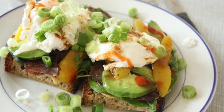 """""""Multifarben""""-Sandwich mit pochiertem Ei"""