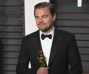 US actor Leonardo DiCaprio poses with his Best Actor award as he arrives to the 2016 Vanity Fair Oscar Party in Beverly Hills, California on February 28, 2016. / AFP / ADRIAN SANCHEZ-GONZALEZ (Photo credit should read ADRIAN SANCHEZ-GONZALEZ/AFP/Getty Images)