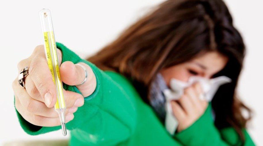 Pfeiffersches Drüsenfieber wird oft erst spät erkannt - viele denken zunächst, sie hätten nur einen gewöhnlichen grippalen Infekt.