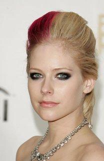 Avril Lavigne mit zweifarbiger Hochsteckfrisur