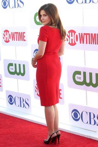 Sophia Bush in einem roten Kleid.