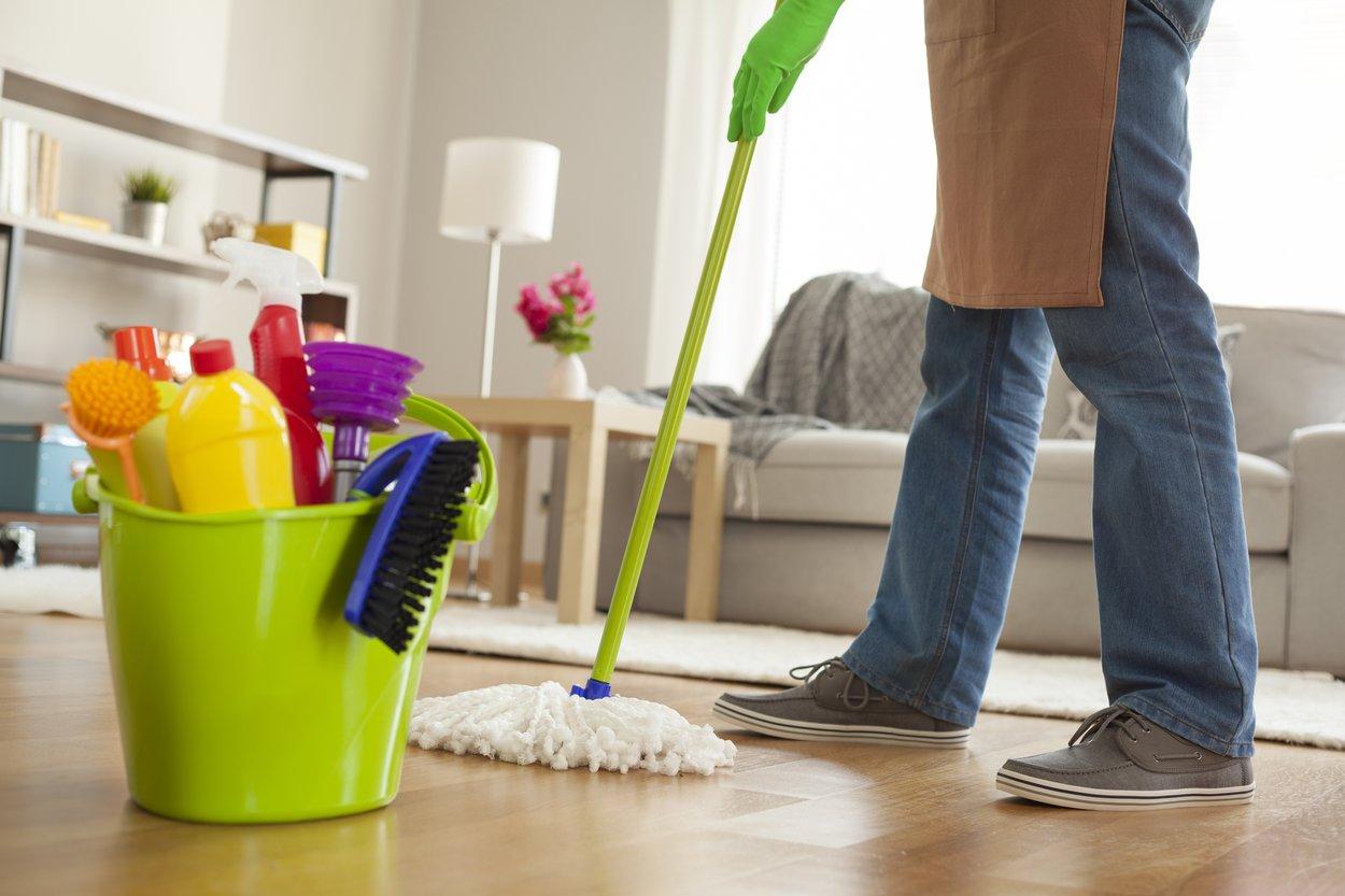 Auch im Privathaushalt ist Putzen für Männer gefährlich.