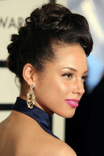 Elegant toupierte und hochgesteckte Haare bei Alicia Keys