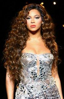 Beyonce Knowles mit braunen Glamour-Locken