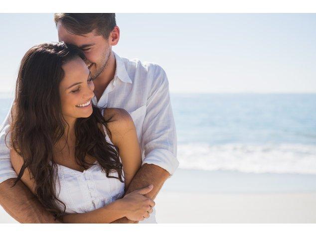 Osterurlaub: Junges Paar am Strand
