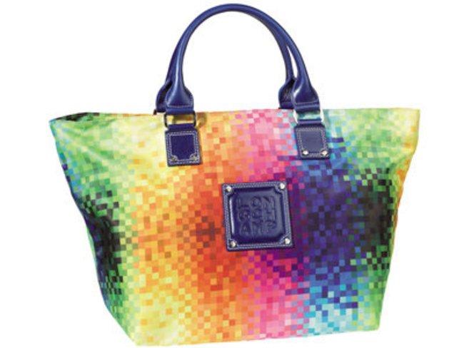 bunte Strandtasche von Longchamp die sich auch zum shoppen eignet.