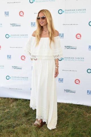Rachel Zoe in einem weißen Maxikleid mit Spitzenborte