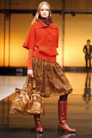 Zu Kleidern trägt man im Herbst am besten Lederstiefel.