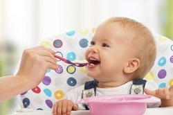 Baby, 8 Monate, isst.