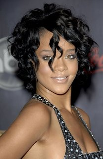 Rihanna: Kurzer Bob mit Locken