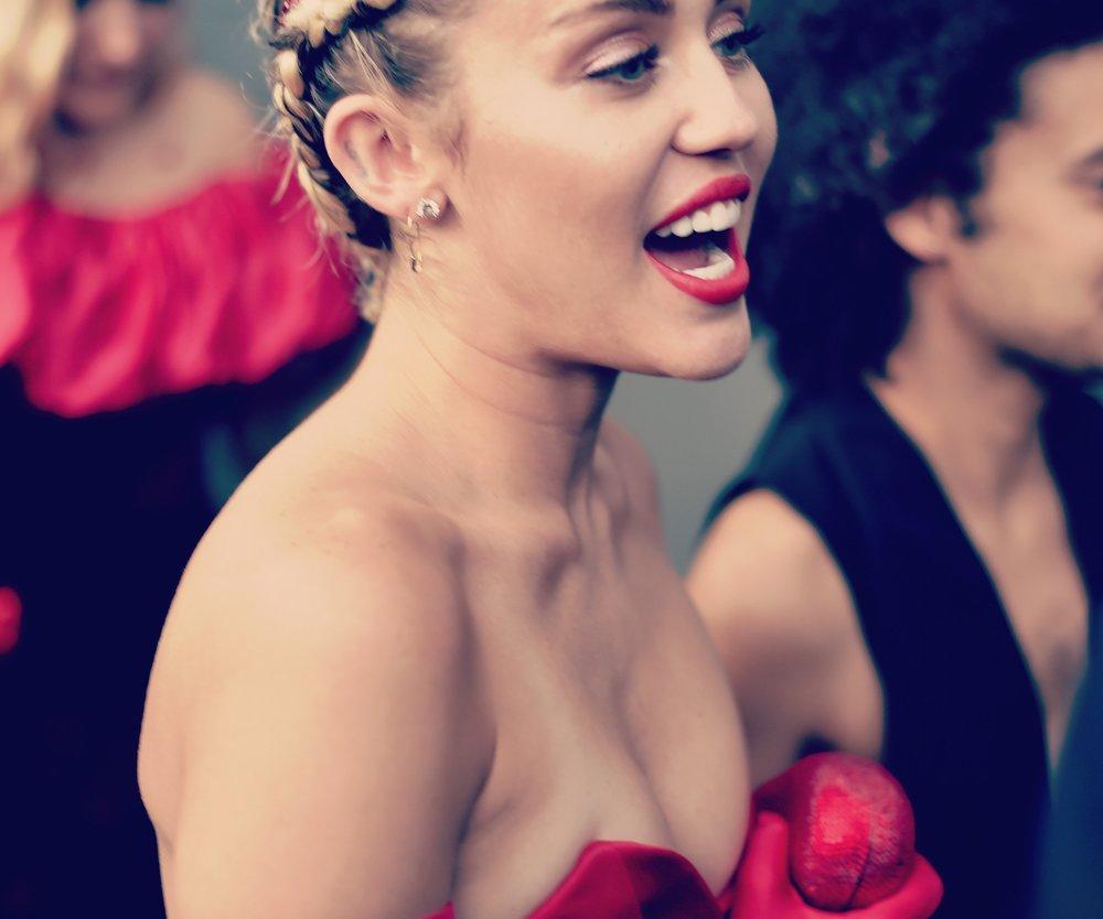 Miley Cyrus` Schwester im Grufti-Look