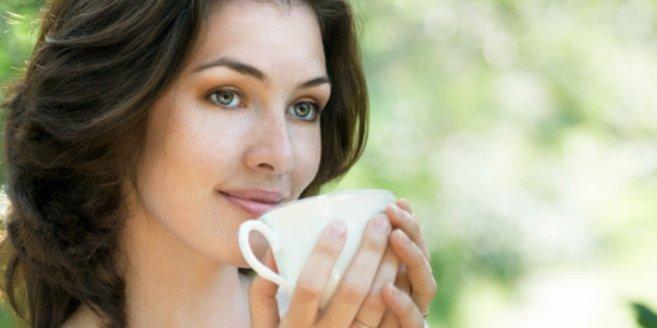 Stilltee: Frau trinkt Tee