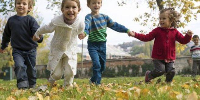 Waldkindergarten: Kinder spielen draußen.