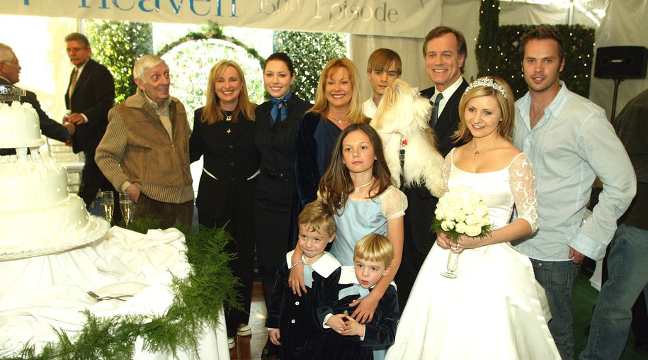 """LOS ANGELES - FEBRUARY 20: (far left) Executive producer Aaron Spelling and executive producer/creator Brenda Hampton with the family, (L to R, rear) actors Jessica Biel, Catherine Hicks, David Gallagher, Stephen Collins, Barry Watson, (front) twins Nikolas and Lorenzo Brino, Mackenzie Rosman and Beverley Mitchell pose at a reception to celebrate 150 episodes of The WB's """"7th Heaven"""" on February 20, 2003 in Los Angeles, California. (Photo by Kevin Winter/Getty Images)"""