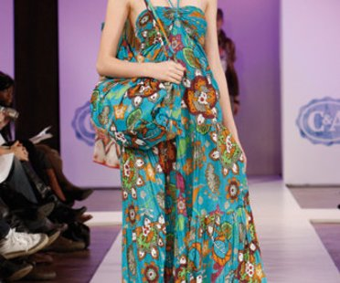 Model auf dem Laufsteg in grunem Hippie-Kleid von C und A