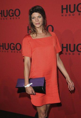 Jessica Schwarz im roten Minikleid.