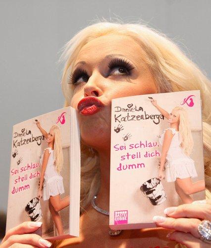 Daniela Katzenberger posiert mit ihren Büchern