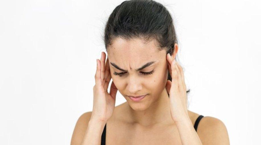 Als hätte jemand am Lautstärkeregler gedreht: Bei einem Hörsturz kommt die Schwerhörigkeit meist aus dem Nichts.