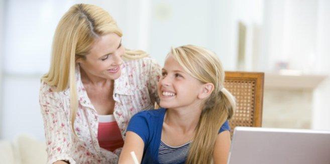 Mutter und Tochter bei den Hausaufgaben