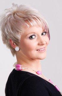 Asymmetrischer Kurzhaarschnitt in blond
