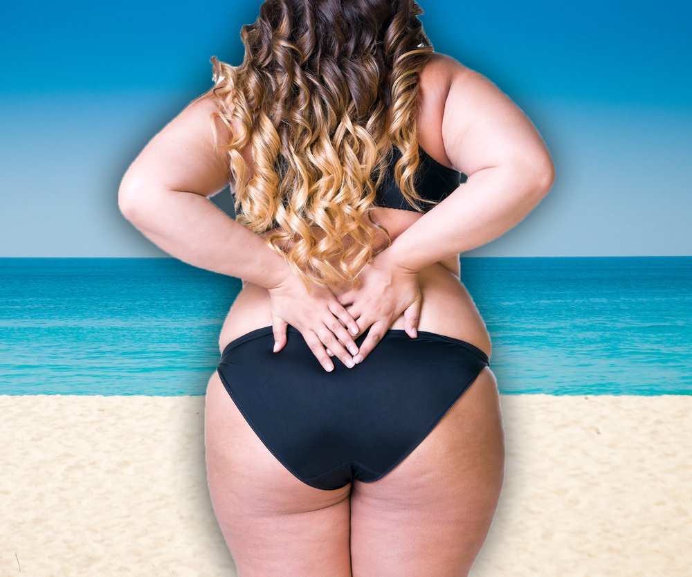 Kurvige Frau am Strand