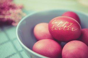 Mit einem goldenem Marker lassen sich gefärbte Ostereier besonders schön beschriften.