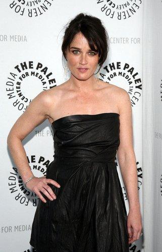 The Mentalist-Darstellerin Robin Tunney in einem schwarzen Kleid.