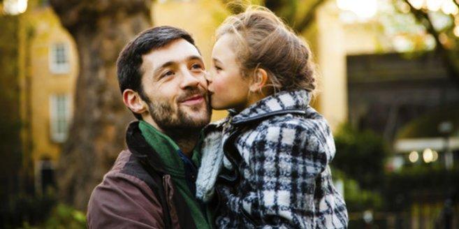 Besuchsrecht: Vater mit Kind auf dem Arm