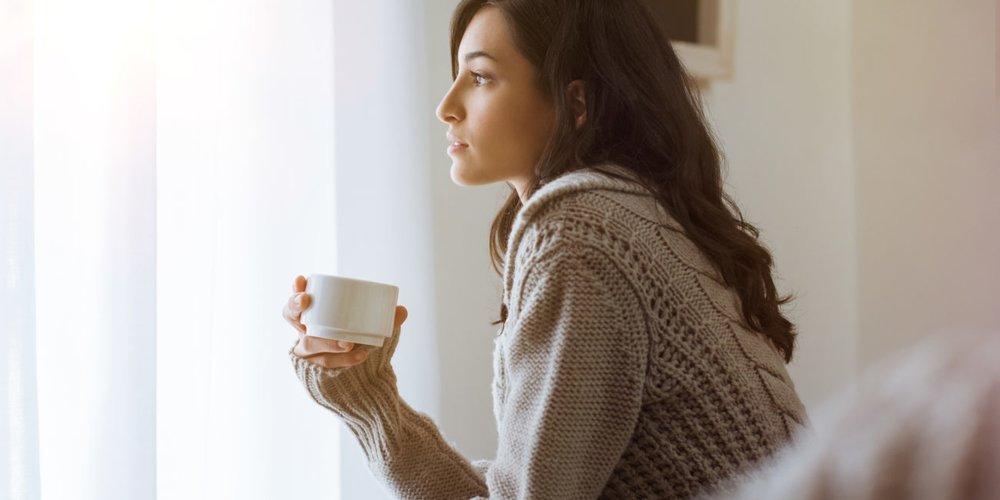 Frau nachdenklich Tasse