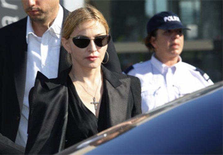 Madonna von Paparazzi umzingelt.