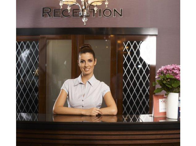 Hotelfachfrau an einer Rezeption