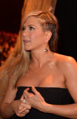 Jennifer Aniston: Swoosh mit geflochtenem Zopf