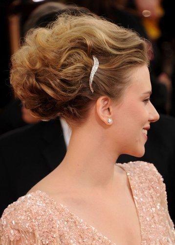 Scarlett Johansson zeigt ihre Haarspange