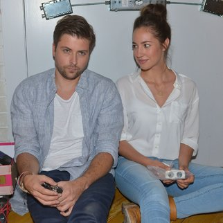 Elena (Elena Garcia Gerlach) fühlt sich in Johns (Felix von Jascheroff) Nähe sicher und sehr wohl.