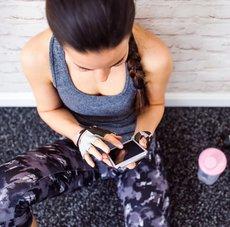 Frau nutzt Fitness-App