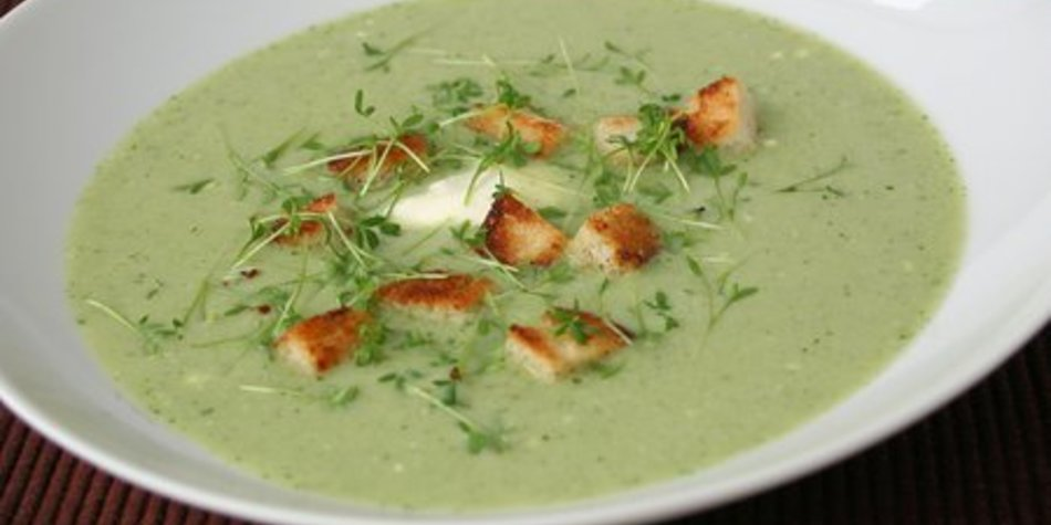 Kohlrabi-Suppe mit Kresse und Croutons
