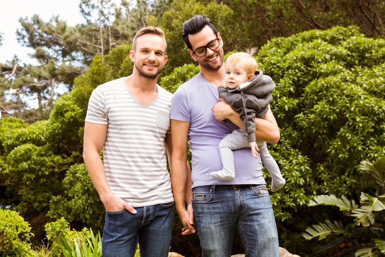 Schwules Paar mit Kind