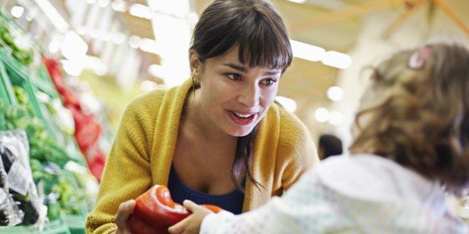 Mutter und Kind beim Einkauf