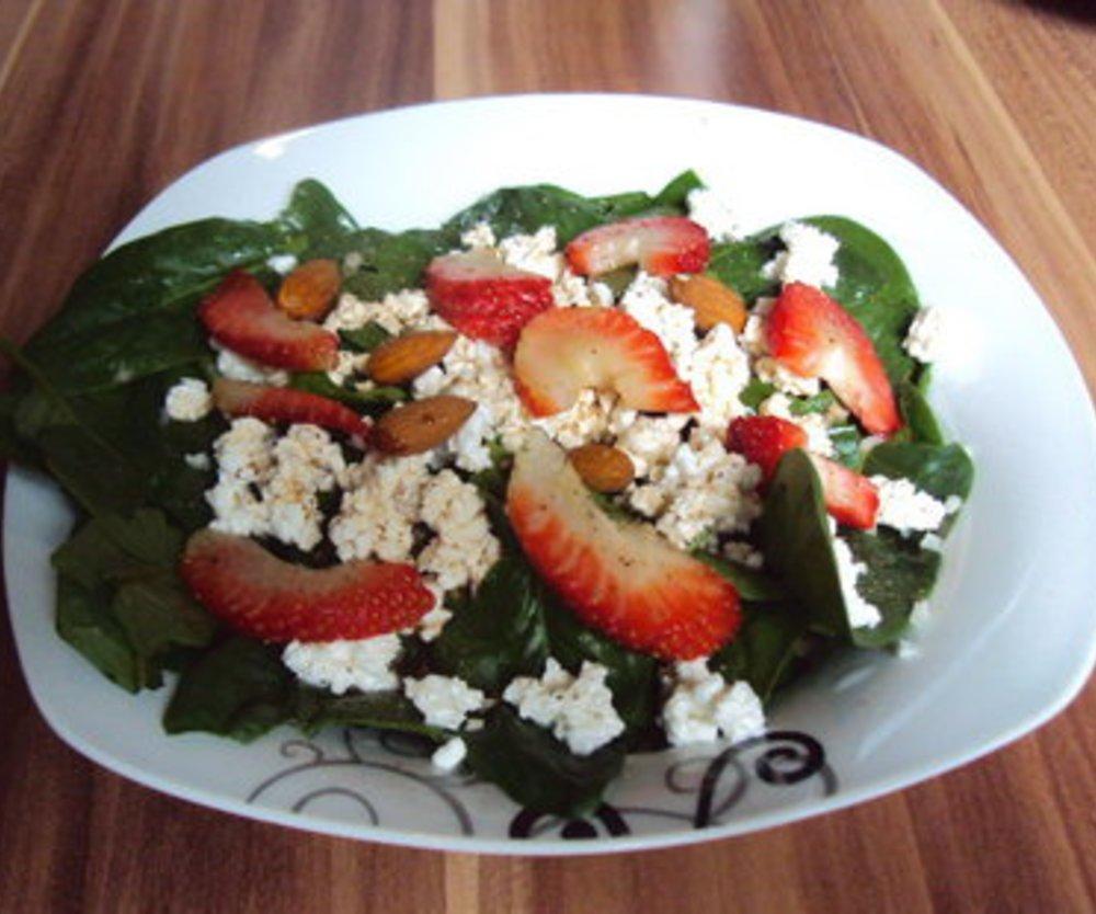 Frischer Blattspinat-Salat mit Erdbeeren an Himbeervinaigrette