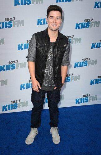 Big Time Rush-Darsteller Logan Henderson lässig auf dem roten Teppich.