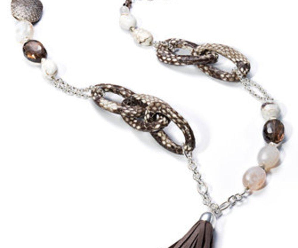 Kette von Nicola Hinrichsen ein Accessoire mit Perlen und Lederriemchen.
