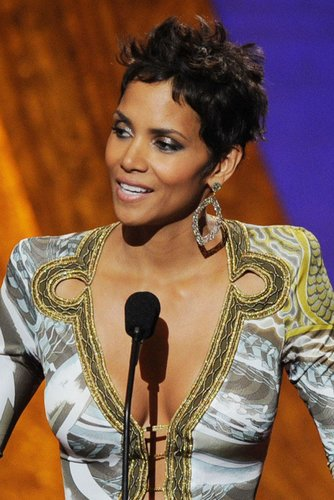 Halle Berry am Rednerpult