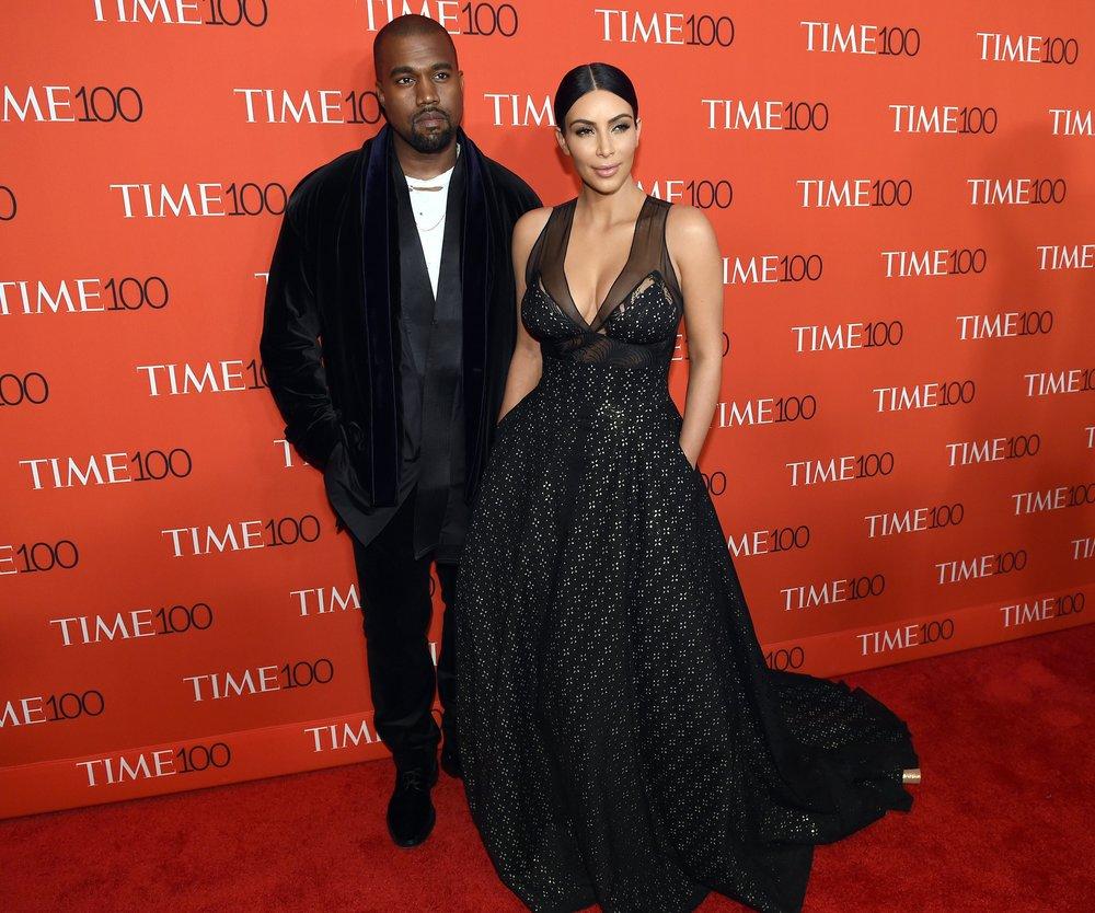 Kim Kardashian fliegt Economy-Class